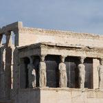 パルテノン神殿の西側にあるエレクティオン神殿。これはレプリカで、本物はアクロポリス博物館で見られます。