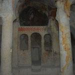 岩をくり貫いて柱や色んなものが作られています。まさに教会。