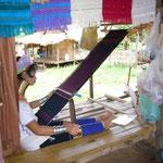 ここはカレン族の村。旦那さんは象使い、奥さんは機織でストールを作って売っています。