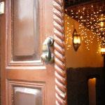 キリスト教地区に来ました。幸運を呼ぶという「ファーティマの手」が、あちこちのドアに見られます。