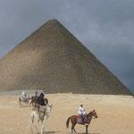 クフ王のピラミッド。砂漠のキャラバンな感じで撮ってみました。