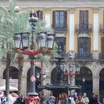 広場に行ったらへんてこな街灯が。これもガウディさんのしわざ。