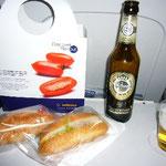 機内はすでにドイツ。だって瓶ビールだよ~。