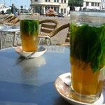 ミント大量!なモロッコのミントティ。お茶は緑茶、砂糖は大量。これが美味しい~。