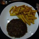 ラム・ステーキは生姜の利いたハンバーグみたい。インドのマトンは、まったく臭みがなくて美味しい。