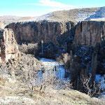 渓谷のそこを3kmほどミニ・トレッキング。
