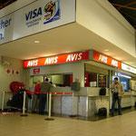 ナミビアに到着!さっそく空港でレンタカーを借ります。