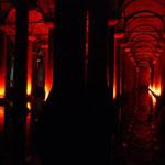 何本もの柱が並んで、神秘的な眺めです。