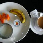 それにパパイヤ、バナナとヨーグルト。すごく酸っぱいのでマーマーレードを混ぜます。お茶はもちろんインディアン・チャイ。何度でもお代わりを持ってきてくれます。