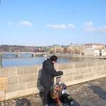 橋の上には人形遣いのおじさんがいました。