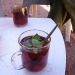 ミント入りの紅茶はベドウィン風なんだって。よい香りがします。