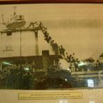 逃げ惑う南ベトナム側の人々。みんな争ってヘリコプターに乗り込みます。