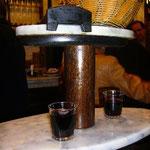 立ち飲み用の2段式テーブル。