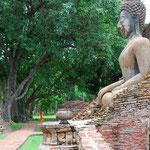 タイ/スーコータイの仏像は微笑みの表情が多いです。ちょうどお坊さんが通りかかりました。