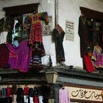 スーク・ハミディーエの終点近くにある民族衣装のお店。かわいさに目が釘付け!