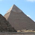 入るといきなりピラミッド。
