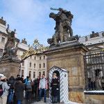 今は観光客でいっぱいですが、かつて、この門をナチスの戦車が通りました。ミュシャ美術館のビデオで見ました!