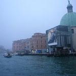 駅を降りるといきなり運河です。なんだか霧が似合う街だなあ~。