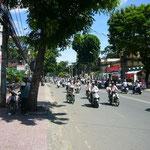 サイゴンも道路はすごい喧騒。