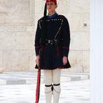 微動だにしない兵隊さん。靴の先のポンポンがかわいい。衛兵交代の時は人だかりができます。