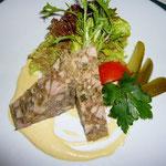 豚のテリーヌ。スメタナ・ホールのレストランで。マスタードをたっぷりつけて食べます。