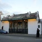 お寺のモザイクがきれい。