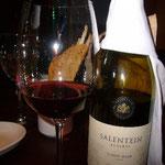 まずはNo1レストランから。アルゼンチンはワインも美味しいです。これはふたりが好きなピノ・ノワールです。