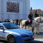 警察車両が3台駐車中。アルファ・ロメオが1台と白馬が2台。かっこいい~。