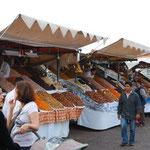 夕方になると、フナ広場には市場が建ち始めます。