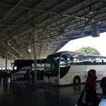でもバス乗り場に行って車掌さんに「乗れる?」って聞いたら乗れちゃった。発車したらこっちのもの。ホントに満席で出発~♪