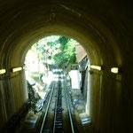 トンネルもあり。頂上まで30分くらいかかりました。