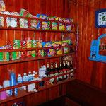 後方に飲み物やカップラーメン、お菓子などを売る売店があります。
