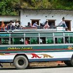 ローカルバスは屋根の上にも人が乗っています。