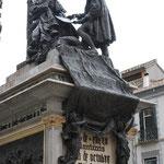 コロンブスが「めっけました!新大陸!」とイザベラ女王に報告しているところ。グラナダ王国が陥落したおかげで、新大陸発見の旅に出ることができたらしいです。