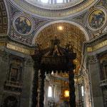 中央の祭壇です。装飾が少ないのがかえって厳かな感じ。