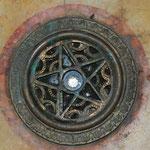 入り口を入るとドームの真下には、道路起点のダイヤモンド(レプリカ)は広間の中央にはめ込まれています。