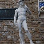 フィレンツェにはニセモノがたくさんありますが、本物より人気があったりします。だって本物は写真が撮れないんだもん!という訳で、偽ダビデ像。