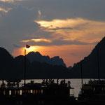 ベトナム/ハロン湾。世界遺産に沈む夕日。