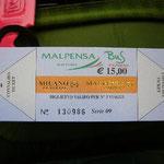 空港からミラノ市内へのバスチケット。なんだかとってもゴージャス~。そして値段も高い。。。