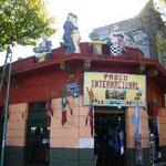 屋根の上でタンゴを踊っていますが、中はサッカーの応援グッズの店。