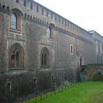 城壁とお堀が城の大きさを物語っています。