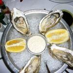 生牡蠣も大きくてまったく臭みなし。白ワインによく合います。。。