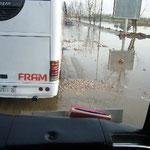 フェズに向かうバス。湖が決壊してる~。道路は水浸し~。でもこれ、今日じゃないでしょ?早く直そうよ。
