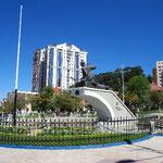 おしゃれストリートの中心にあるアバロア広場です。像の人がアバロアさんです。