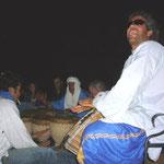 こっちはいつもの従業員チーム。暗闇でサングラスをかけているのがリーダー。左はオマール。奥で太鼓を叩いているのがラクダのおじさん。いいぞ!
