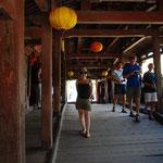 中はお太鼓橋で日本風。橋の真ん中にお寺があります。