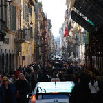 スペイン坂近くのブランド通り。ここもすごい人~。