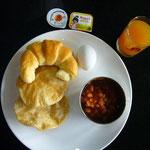 朝食。揚げナンと豆スープにマンゴー・ジュース。のりのりはクロワッサンとゆで卵と豆スープにマンゴー・ジュース。