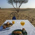 まずは朝ごはん。も、砂漠で食べます。