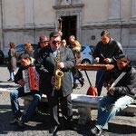 ブラジル大使館前の広場にいたストリート・ミュージシャン。このバンドはかなり人気がありました。